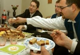 28.marca 2005 v dedinke  na východe Slovenska  vo Ve¾kej Ide, miestni chlapci  aj napriek nie ve¾mi teplému poèasiu neporušili tradíciu a vedrami studenej vody obliali miestne dievèatá, aby celý rok boli zdravé a svieže.   Tie ich ponúkli ve¾konoènými vajíèkami a pohostili tradiènými jedlami.